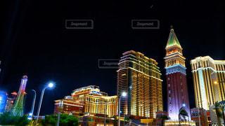 背の高い建物が夜ライトアップの写真・画像素材[1842483]