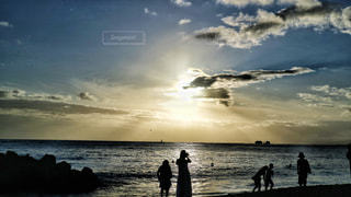 女性,男性,家族,恋人,自然,海,空,屋外,太陽,朝日,ビーチ,砂浜,夕焼け,夕暮れ,波,水面,海岸,光,人物,ハワイ,日の出,クラウド
