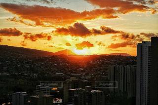 風景,空,建物,夕日,屋外,海外,太陽,夕暮れ,山,景色,光,都会,高層ビル,ハワイ,夕陽,日の出,クラウド