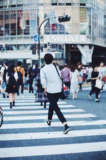 街の通りを歩いている人のグループの写真・画像素材[873145]