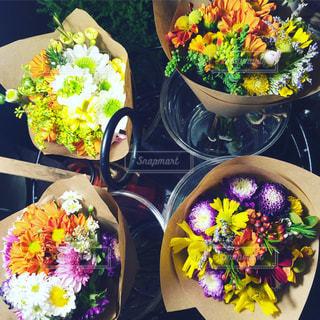 黄色の花と食べ物の皿の写真・画像素材[904303]