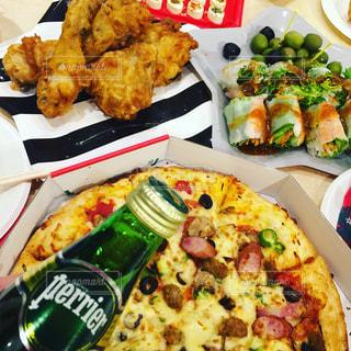 テーブルの上に食べ物の束の写真・画像素材[917276]