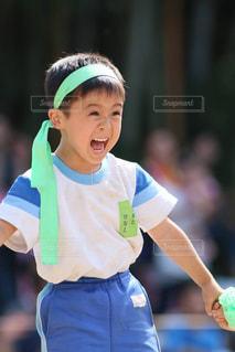 テニス ラケットを保持している少年 - No.790609