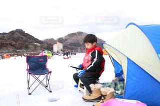 テントに座っている少年の写真・画像素材[1667758]