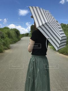 傘を持つ女性の写真・画像素材[739709]