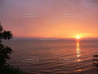 琵琶湖に沈む夕日の写真・画像素材[1042504]