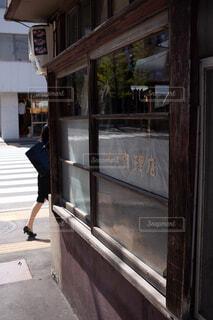 建物の前の歩道を歩いている人の写真・画像素材[4210936]