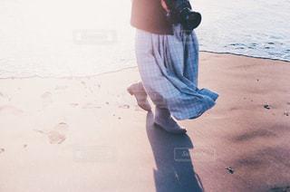 ビーチに立っている若い女の子の写真・画像素材[1244731]