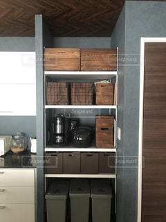 部屋の隅にある二重ドア冷蔵庫の写真・画像素材[3360049]