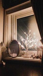 窓と暖炉のあるガラスドアの写真・画像素材[3920561]
