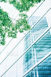 建物の前に立っている人の写真・画像素材[4409338]