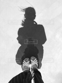 雪の中に立っている人の写真・画像素材[4417742]