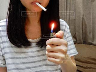 タバコに火をつけようとする女性 - No.712251
