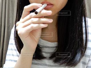 タバコを吸う女性 - No.712252
