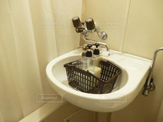 浴室に小さな白いシンクの写真・画像素材[769264]