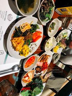 テーブルの上に食べ物のボウル - No.819038