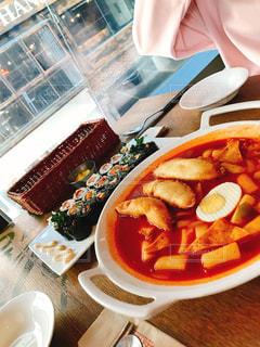 テーブルの上に食べ物のプレートの写真・画像素材[819040]