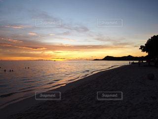 ビーチに沈む夕日の写真・画像素材[1302241]
