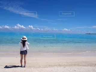 ビーチに立っている人の写真・画像素材[1317377]