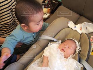 赤ん坊を持っている人の写真・画像素材[1317393]