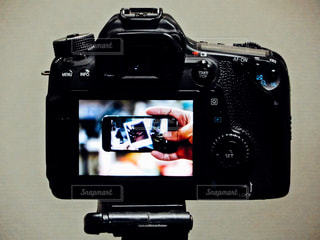 カメラ,スマホ,撮影,人物,写真,一眼レフ,ポラロイド,スマホいじり