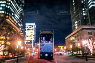 カメラ,夜,夜景,街並み,スマホ,撮影,手のひら,人物,写真,スマホいじり