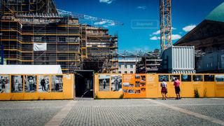 男性,夏,街並み,海外,カラフル,青空,後ろ姿,建築物,ヨーロッパ,鮮やか,石畳,外国,旅行,二人,ドイツ,ベルリン,ストリート,町並み,工事中,ツーショット,発展,変貌,八達