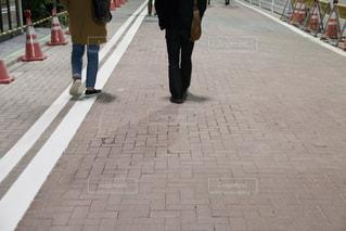 男性,2人,夜,二人組,街並み,歩く,二人,ローアングル