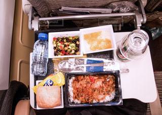 食べ物,食事,ランチ,ディナー,テーブル,旅行,旅,ビール,おいしい,テーブルフォト,俯瞰,機内食,海外旅行,機内,フライト,楽しみ,国際線,ワクワク,長距離,移動,ハイアングル,エコノミー,エティハド航空,エコノミークラス,いろいろ,渡航,ETIHAD AIRWAYS