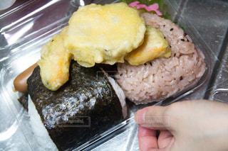 食べ物,食事,手,日常,おにぎり,弁当,食べる,生活,惣菜,さつまいも,天ぷら,一人暮らし,生活感,おむすび,赤飯,リアル感