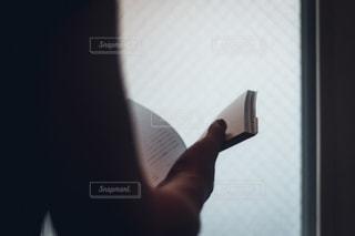 男性,1人,秋,屋内,後ろ姿,茶色,室内,窓,本,読書,手,夕方,影,週末,日常,シルエット,光,家,腕,指,休憩,人物,逆光,リラックス,人,書籍,しっとり,暮らし,勉強,休日,午後,趣味,のんびり,インドア,昼間,雰囲気,光と影,指先,ライフスタイル,セピア,紙,クローズアップ,自宅,アナログ,手元,日中,日曜日,小説,知識,ミニマル,学び,静物,モノ,センチメンタル,物語,物,読む,学習,物憂げ,しんみり,ブック,POV,世界観,ストーリー,フィルム風,没頭,kt_pics,ページ,学ぶ,めくる
