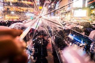 傘を持っている人 - No.816803