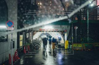 雨の中歩く人々 のグループ - No.850617