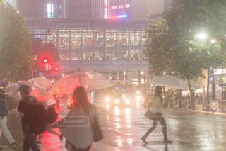 雨の中歩く人々 のグループ - No.852385