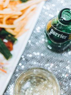 テーブルの上に食べ物のトレイの写真・画像素材[899020]