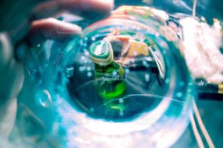 近くに青い背景を持つガラスのアップの写真・画像素材[900877]