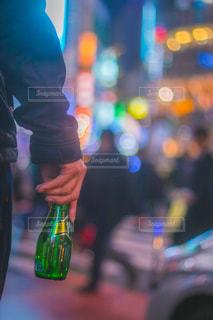 携帯電話で話している人のぼやけた画像の写真・画像素材[902234]