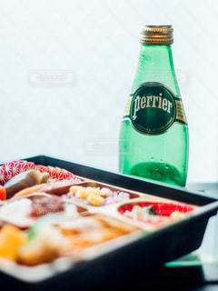 テーブルにグリーン ボトルの写真・画像素材[917196]