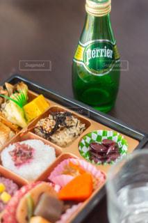 食品とボトルのトレイ - No.919241