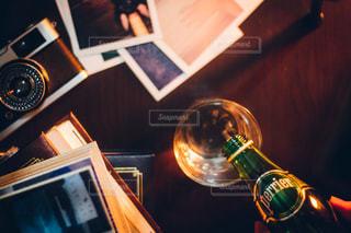 テーブルの上にワインのボトル - No.920240