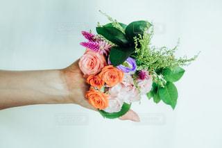 テーブルの上に花瓶の花の花束の写真・画像素材[1077278]