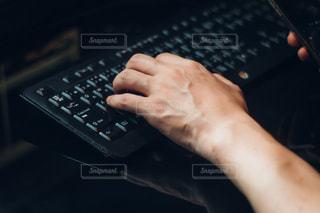 黒のキーボードを持っている手の写真・画像素材[1079331]