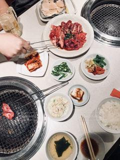 テーブルの上に食べ物のプレート - No.1080411