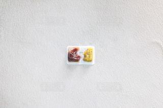 近くに白い壁のアップの写真・画像素材[1081506]