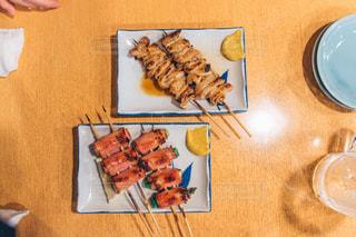 テーブルの上に食べ物のプレート - No.1082617