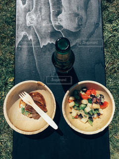 板の上に食べ物のボウルの写真・画像素材[1084121]
