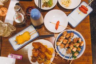テーブルの上に食べ物の束 - No.1084479