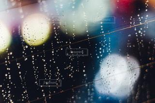 雨の中の光の写真・画像素材[1084682]