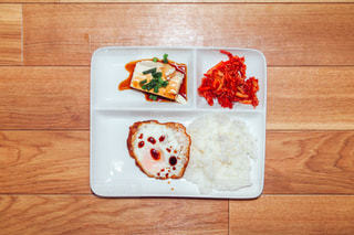 木製のテーブルの上に食べ物のトレイ - No.1086204