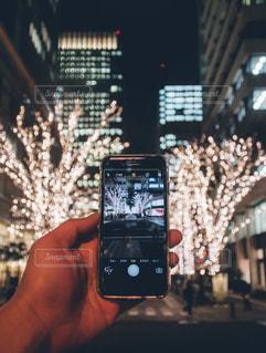 携帯電話を持つ手 - No.1089189